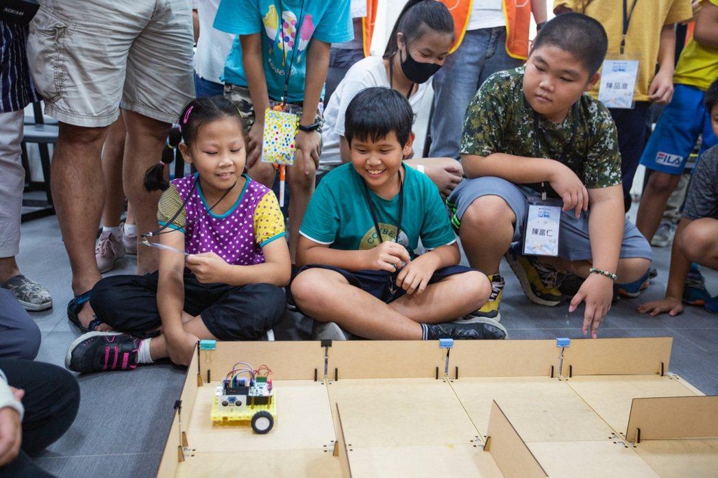 由台灣大哥大基金會主辦的「Coding Fun 偏鄉玩程式」計畫,讓偏鄉孩童們從...