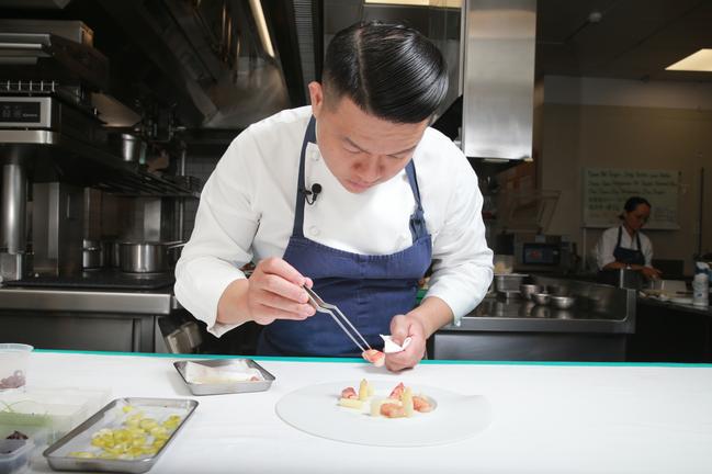 米其林二星態芮餐廳主廚何舜凱,示範料理「蘆脂蘆醉」。 記者許正宏/攝影