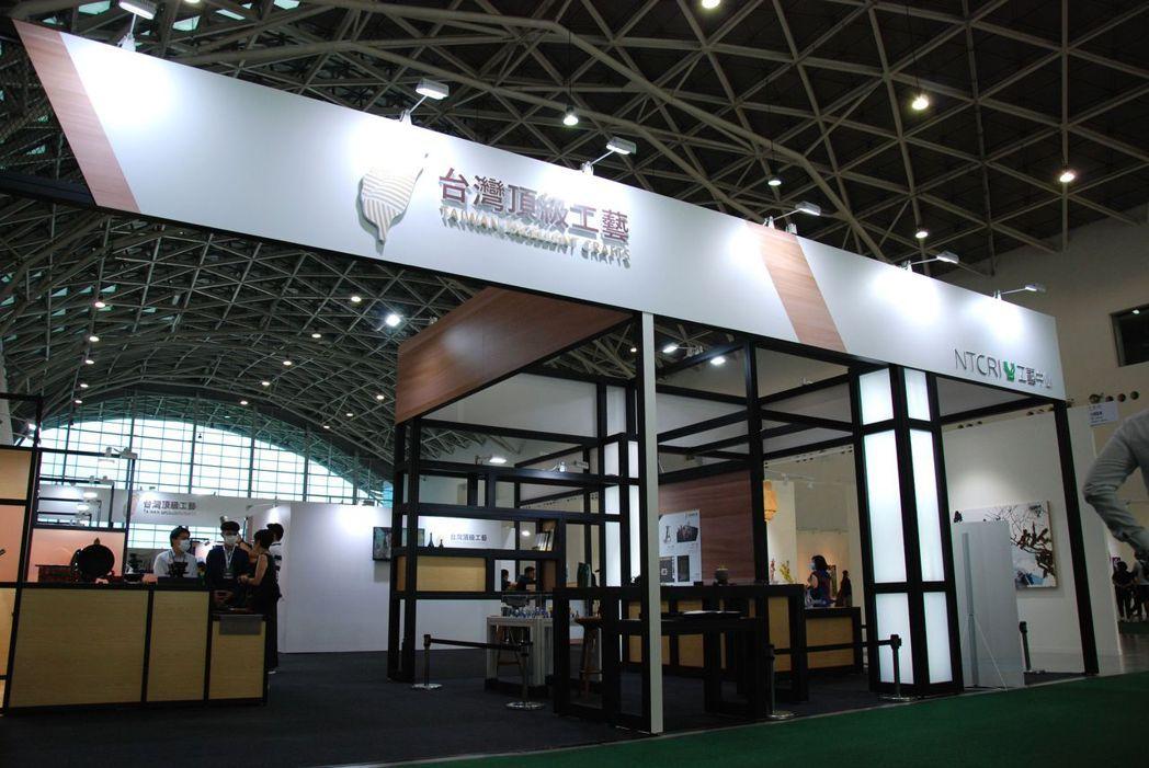 國立臺灣工藝研究發展中心帶領10位工藝師以專區攤位協助作品行銷。 楊鎮州/攝影