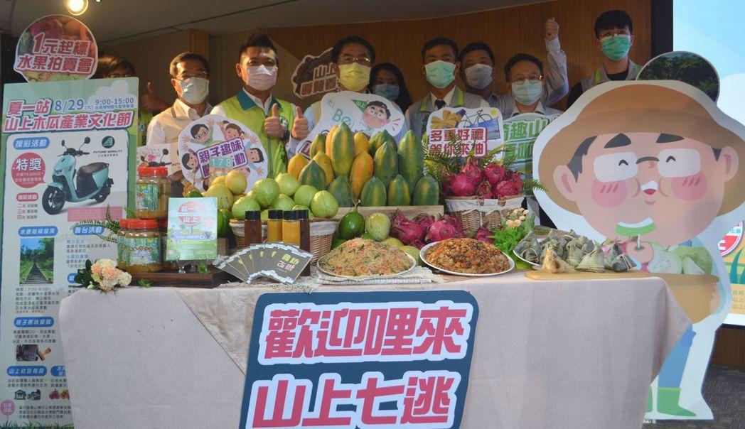黃偉哲推薦山上區豐盛的農特產品。  陳慧明 攝影