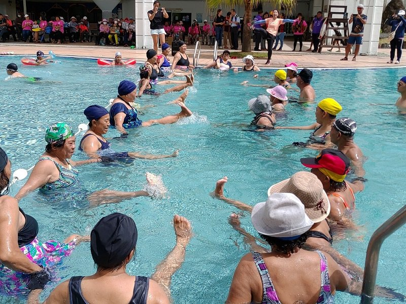 水上千歲芭蕾由銀髮族健康管理教練葉秝均帶領水中抬腿,長輩直呼我的媽啊!腳真的抬不...