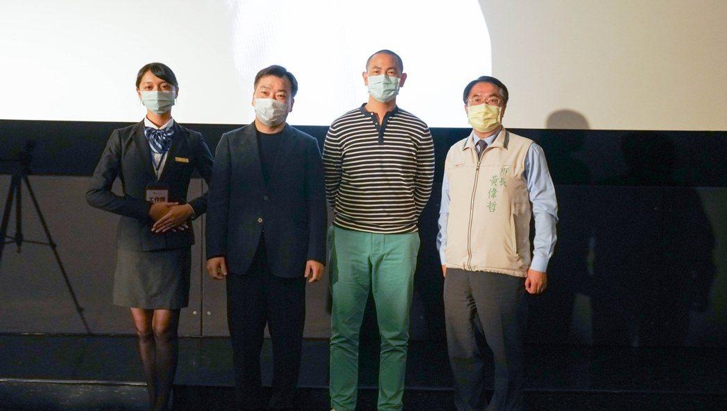 江振誠主廚(右2)與黃偉哲市長(右1起)、李天祥校長、及餐飲系學生代表合影。 洪...