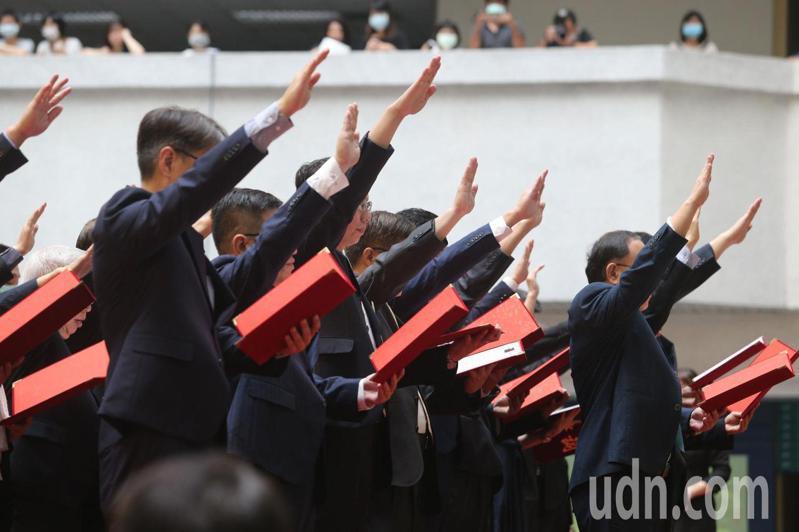 高雄市長陳其邁今天在四維行政中心就職,行政院秘書長李孟諺擔任監交人,就職典禮規模不大,現場僅準備約300張椅子,行政暨國際處表示,整體花費約62萬多元。記者劉學聖/攝影