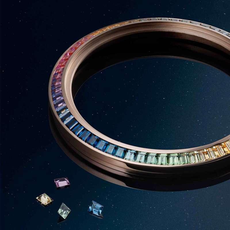 玫瑰金表圈鑲嵌上彩色寶石,如虹彩般的色彩變化,帶來幸運聯想。圖/翻攝自積家官方網站。