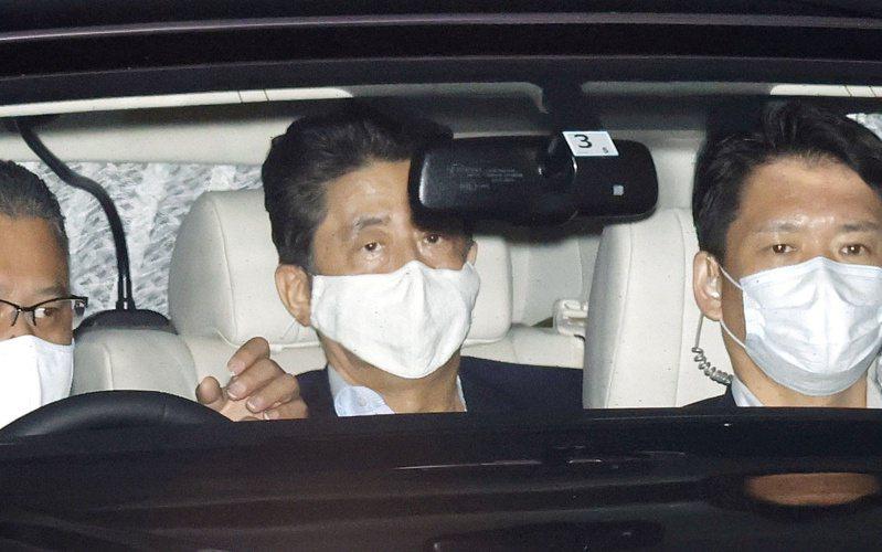 日本首相安倍晉三17日完成檢查後,離開慶應大學醫院。路透社