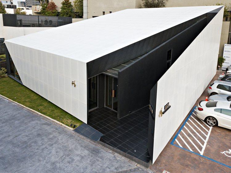 刻意邀請建築師打造的餐廳外觀,令「鹽之華」的空間與存在感強烈。圖 / 鹽之華提供...