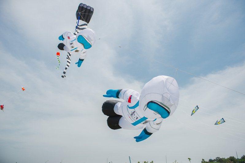 市府今辦記者會,由市長林智堅與風箏達人一起施放大型口罩風箏與防疫英雄造型風箏,向防疫台灣國家隊致敬。圖/新竹市府提供