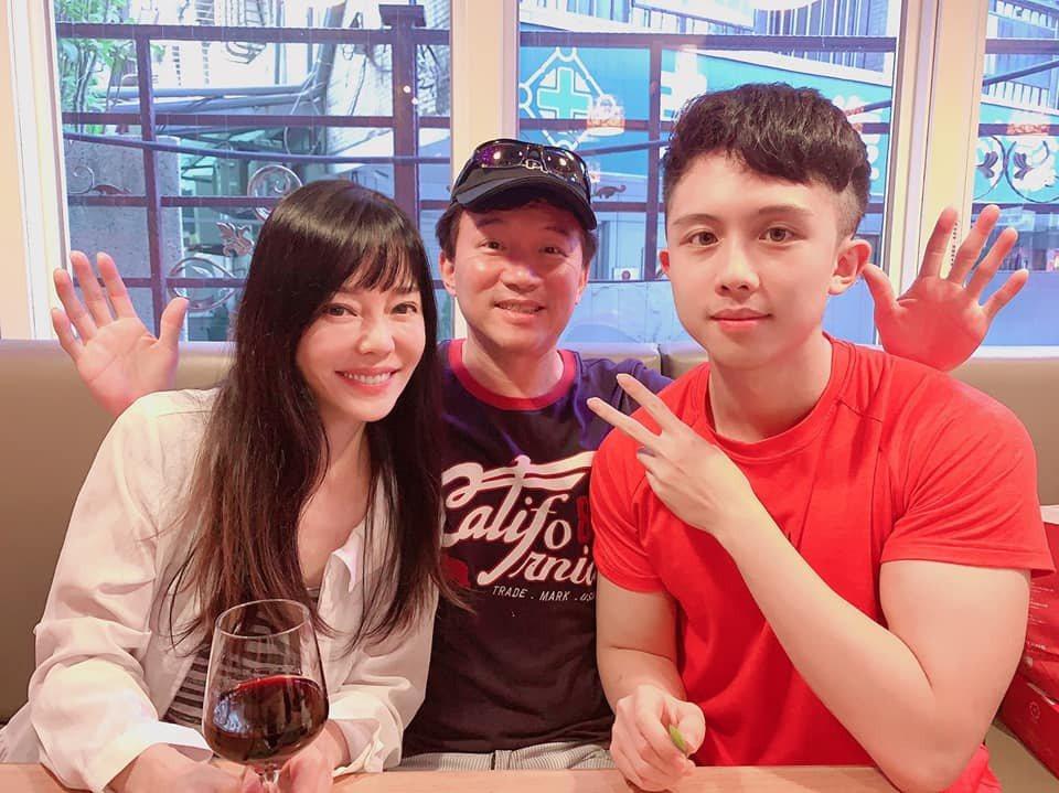 孫安佐(右起)、孫鵬、狄鶯一家人將再度面臨官司。圖/摘自臉書