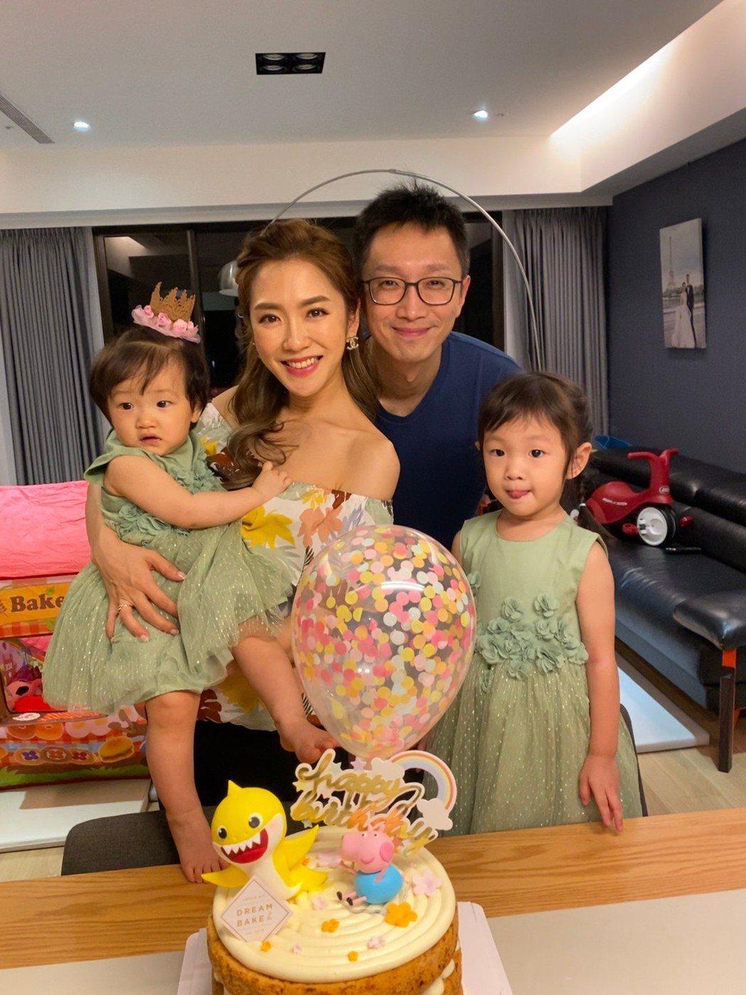 楊千霈一家四口在家慶生。圖/經紀人提供