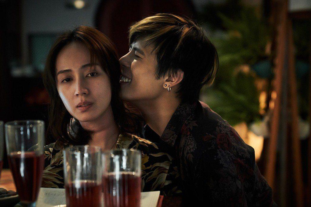 小薰(左)在「追兇500天」戲中,與柯朋宇的激情戲,無表情下完成拍攝。圖/七十六...