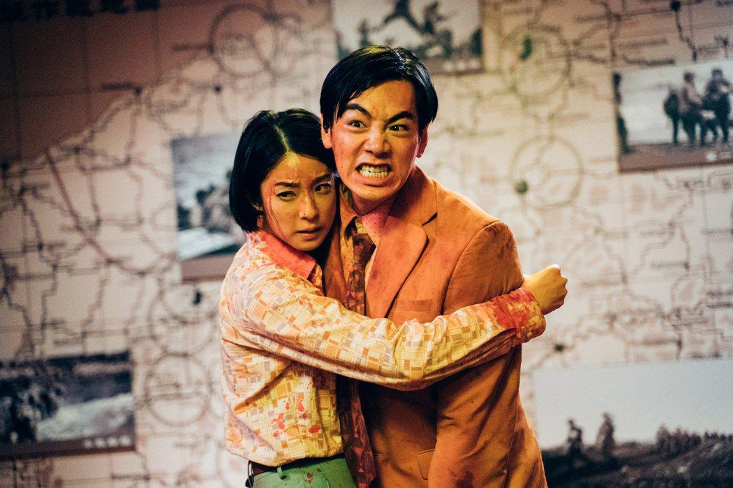 賴雅妍(左)與禾浩辰深情相擁。圖/華映娛樂提供