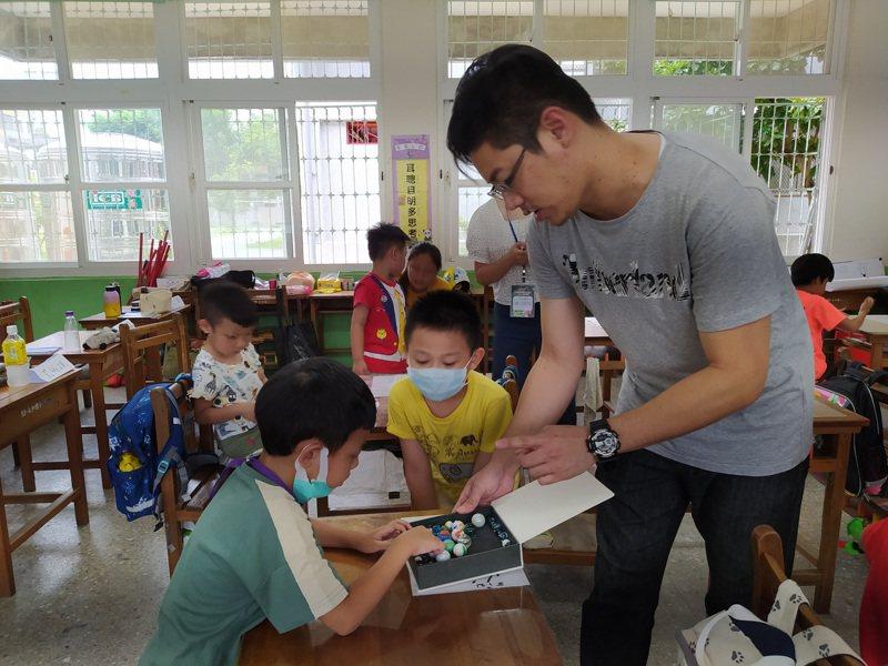 新北市教育局今年暑假在永福、永和、大觀、樹林四間國小開設7班自閉症兒童入學準備班,總共70個名額,全程免費。記者吳亮賢/攝影