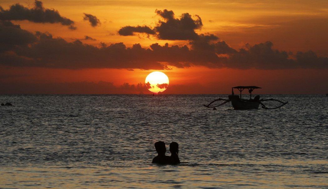 印尼當局決定,峇里島在今年底前不開放外國旅客入境。美聯社