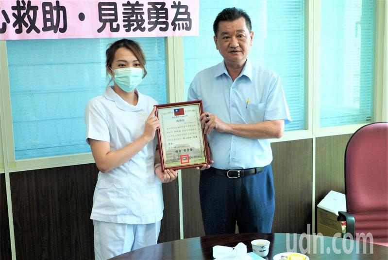 南投縣草屯鎮長簡景賢(右)代表公所頒贈感謝狀給台中醫院護理師許莉淇(左)。記者賴香珊/攝影