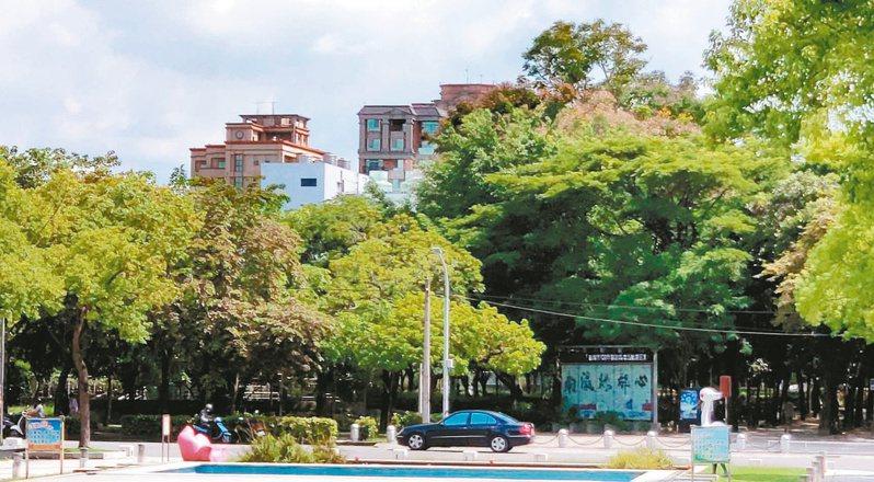 台南溪北地區人口外流嚴重,首善之區新營區人口也持續遷走,圖為民治市政中心前街景。記者謝進盛/攝影