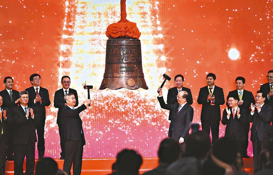 深圳證券交易所24日舉行創業板改革並試點註冊制首批企業上市,進行敲鐘儀式。 新華...