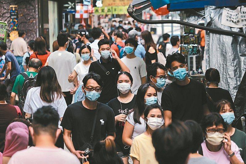 針對香港出現全球首例二度感染新冠肺炎病例,中國大陸防疫專家張文宏今天早上指出,如果消息屬實,在疫情高發及流行地區,「再感染」會成為常態。 中通社