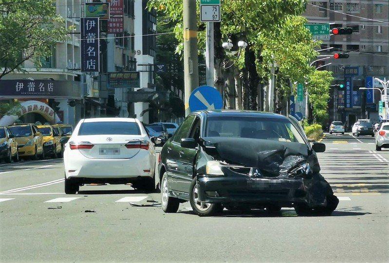 各道路交叉路口經常發生交通事故,警政署發函各縣市警察局,9月1日規畫為期1個月路口安全大執法。 圖/聯合報系資料照片