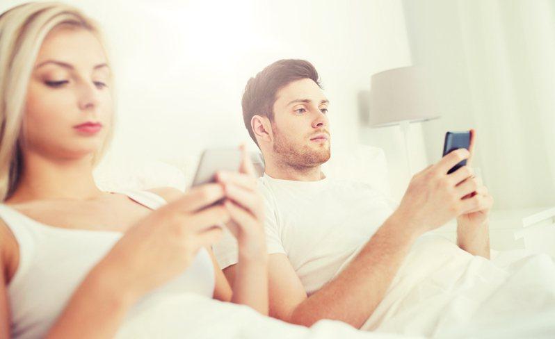 今天是七夕情人節,有網友在「戀愛公社」詢問大家「有遠距離的情侶嗎?你們雙方都會開定位嗎?不開的原因是?」引起不少網友討論。圖片來源:ingimage