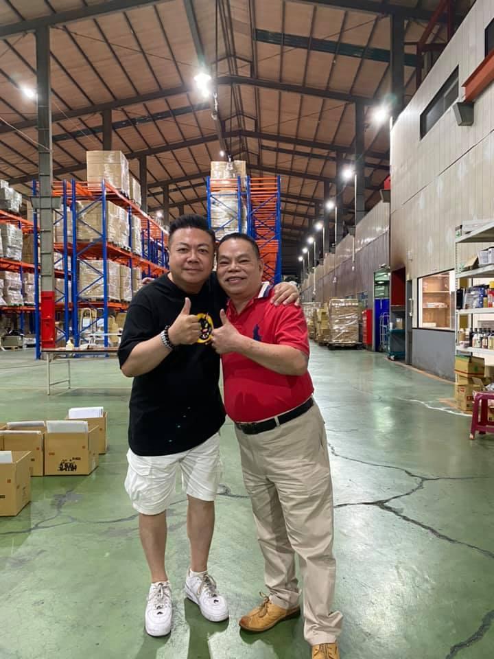 董至成(左)當直播平台固定來賓,月收入高達6位數,也介紹許多好友一同來參加直播拍