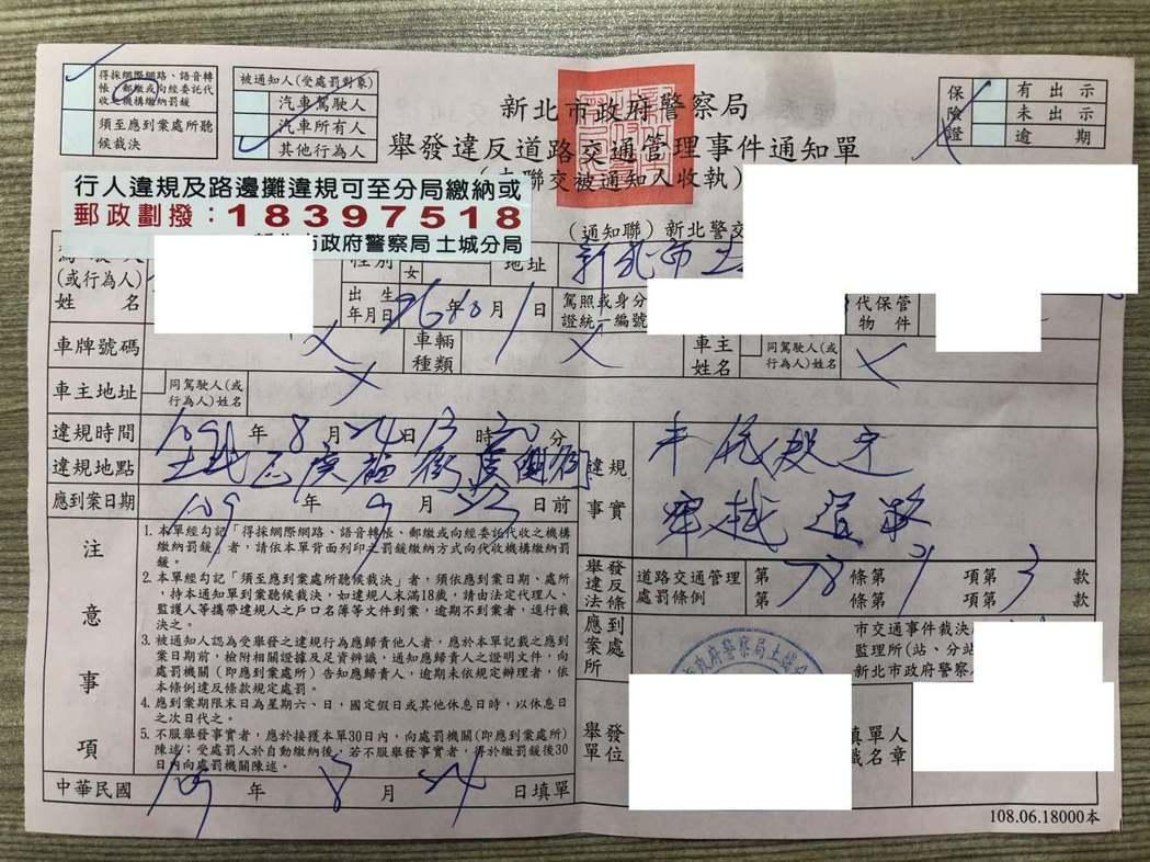 12歲男孩吃百元紅單引熱議,網友大讚:警察做好事了。擷自《爆廢公社》