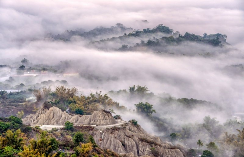 蔡宗武在高雄中寮山香菇亭拍下如國畫般的景象。 圖/蔡宗武提供