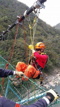 劉德錦是協會年紀最長的外勤隊長,但體力不輸年輕人,攀岩、吊掛訓練樣樣都精實。 圖...