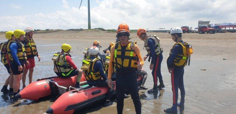 劉德錦擔任協會副大隊長,常常參加消防局救援訓練,也包括海域開橡皮艇。 圖/劉德錦...