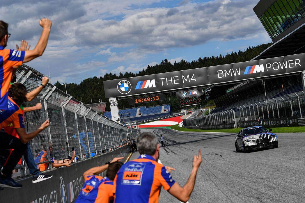 興奮的KTM團隊與架著新M4的Miguel Oliveira。 摘自BMW