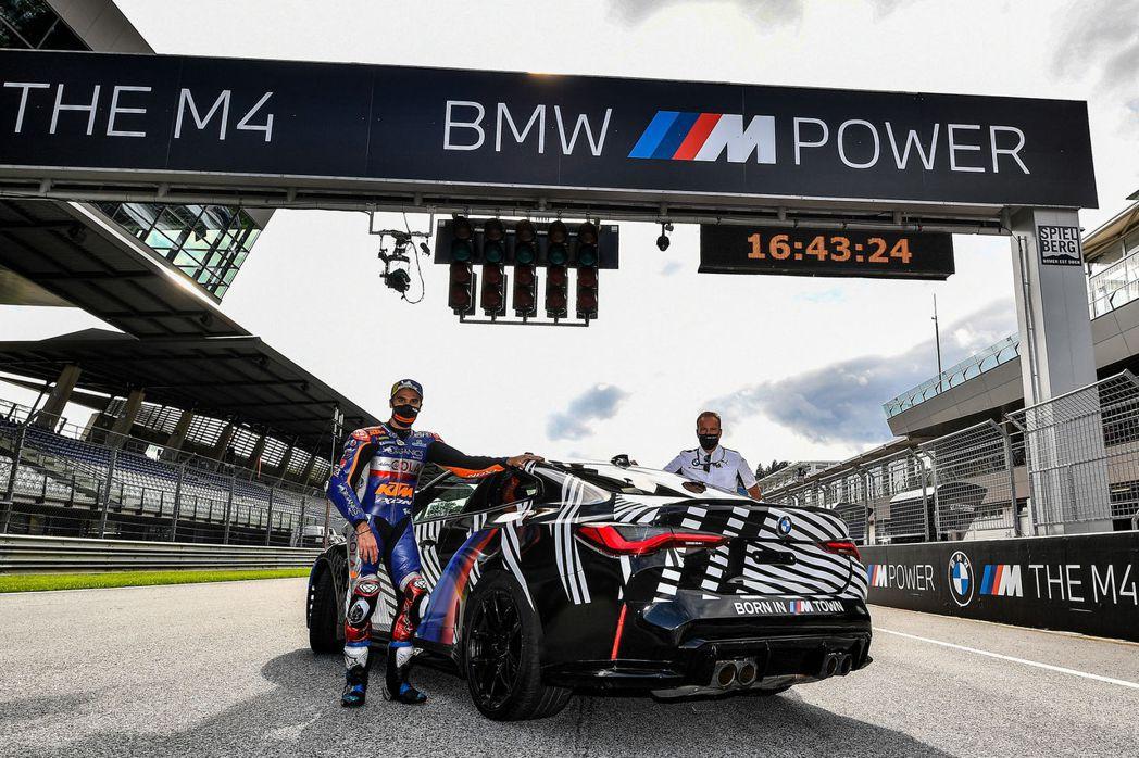 由於全新BMW M4尚未發表,所以車上還是貼滿了偽裝貼紙。 摘自BMW