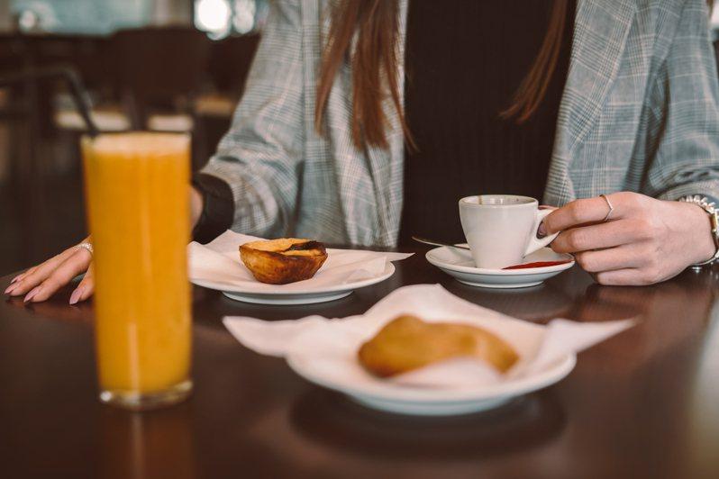 女子問在早餐店上班丟臉嗎?網友有不同看法。示意圖/ingimage