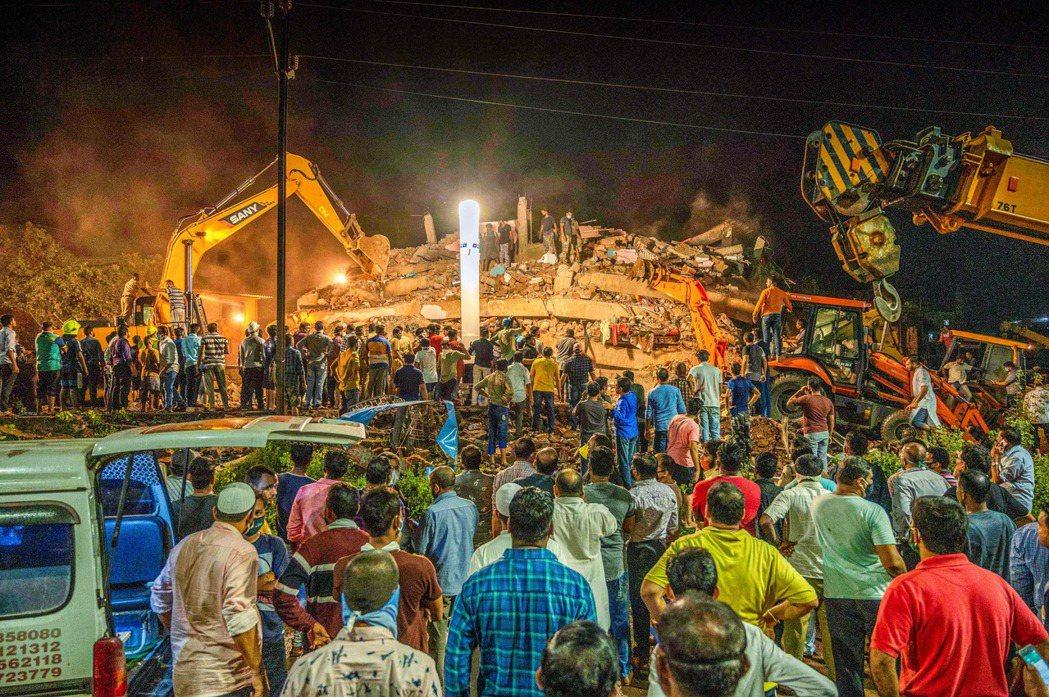 印度孟買近郊的一座工業小鎮馬哈德(Mahad),24日發生了建築倒塌的悲劇。毫無...