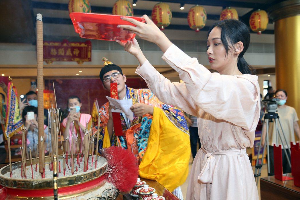 「可不可以,你也剛好喜歡我」電影情人節活動,演員林映唯到臺北聖興天后宮祈求媽祖和...