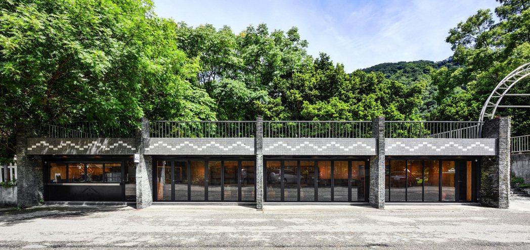 Kuhu'為⾼腳屋形式的建築,使用原木直立的方式將整個空間架高,以達到防潮、防鼠...