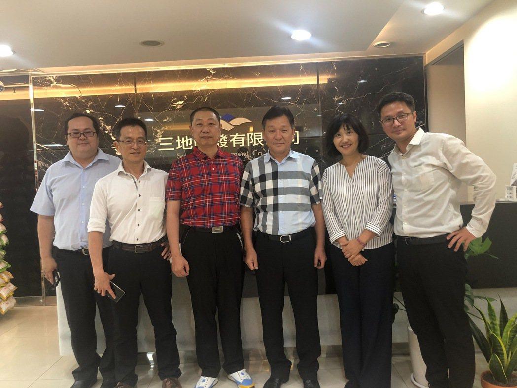 南方電力黃坤元董事長(左二)與北基子公司合豐能源開發42MW太陽光電廠合作案。 ...