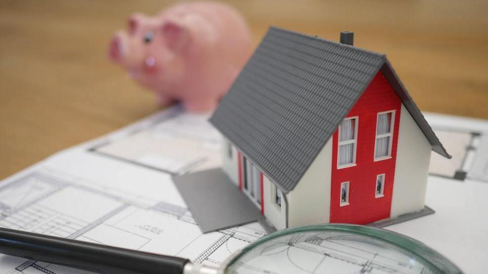 疫情下房價沒跌,苦得是有剛性住房需求的人,得要辛苦看房。 pexels