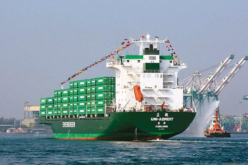這波的航運股的漲勢主要來自於海運大漲拉動,占權值比重較高的長榮、陽明領軍大漲。圖為長榮海運貨輪。