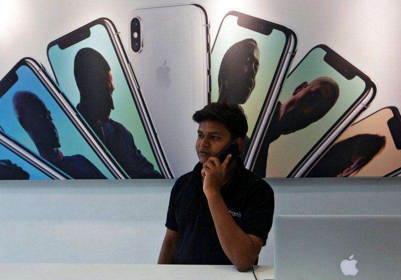 蘋果公司首度證實,今年新推出iPhone SE已在印度本地生產。圖為孟買一處蘋果經銷商店。路透