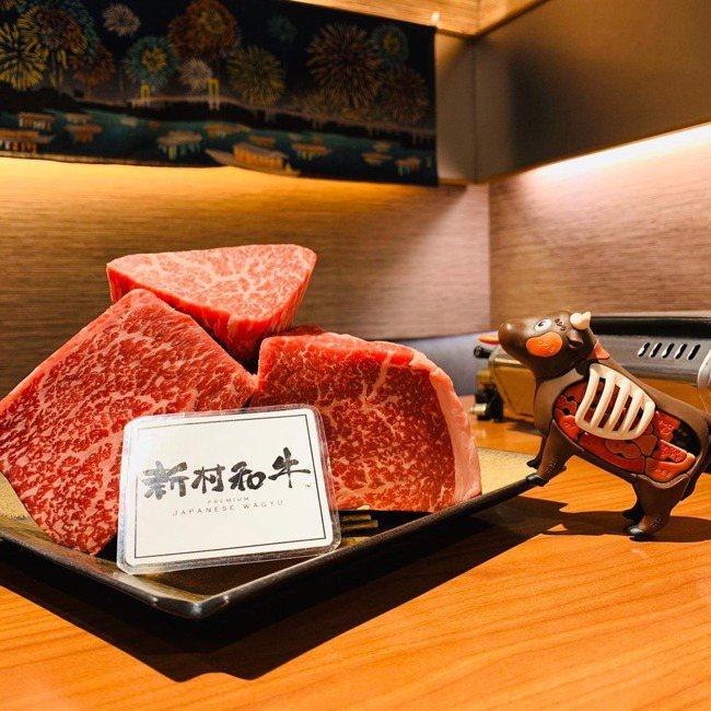 強調買入整頭和牛,冷藏再以手工分切,是「俺達の肉屋」特色。 圖/摘自「俺達の肉屋...