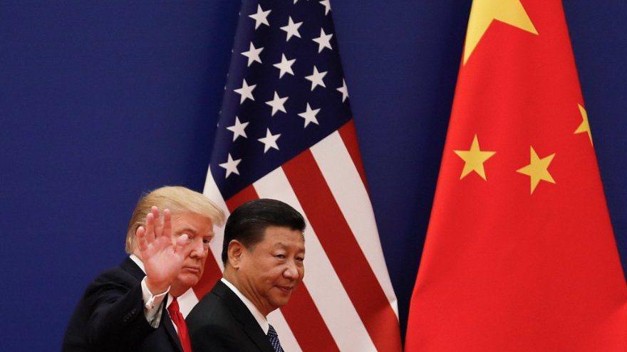 美國總統川普(左)重提將提供稅負優惠給把工作機會從中國帶回美國的企業。美聯社