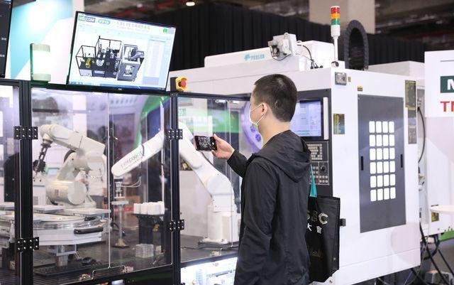 智慧製造資安場域中,產線上的機器手臂正進行產品製作的工作。在模擬的攻擊中,產線中...