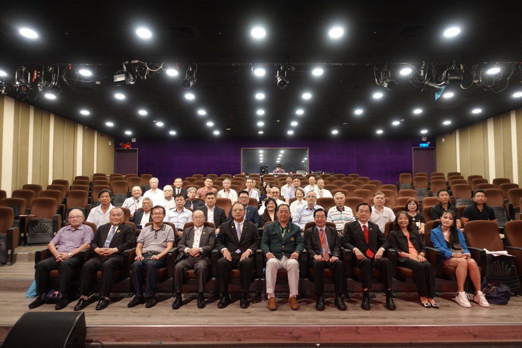 東南科技大學與台北市商業會簽訂「產學合作意向書」與會嘉賓合影。 東南科大/提供