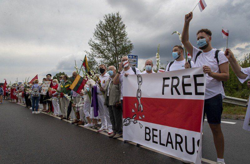 白俄羅斯2周前舉行備受爭議的總統大選後,全國各地爆發抗議活動,鄰國立陶宛數萬人手牽手串成人鏈,表達對白俄抗爭民眾的支持。(美聯社)