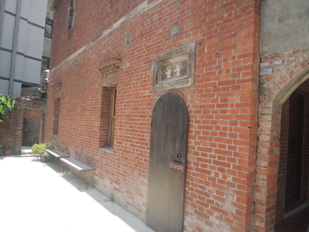老屋側門,如果沒看到DOOR,還真難找出入店之門道哪!