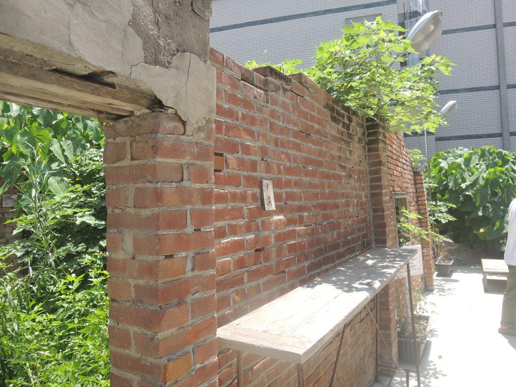 已頹圮的牆郭,紅白三角梅因整理環境也鏟除了,甚感遺憾!