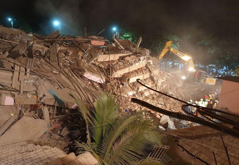印度西部馬哈拉施特拉邦 (Maharashtra)24日晚間發生五層樓建築倒塌意外。路透