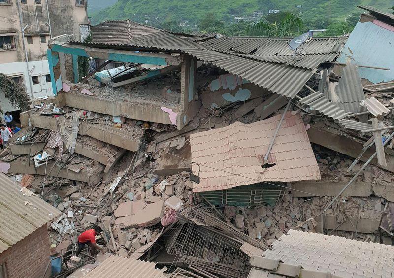 印度連日豪雨造成建築坍塌。路透