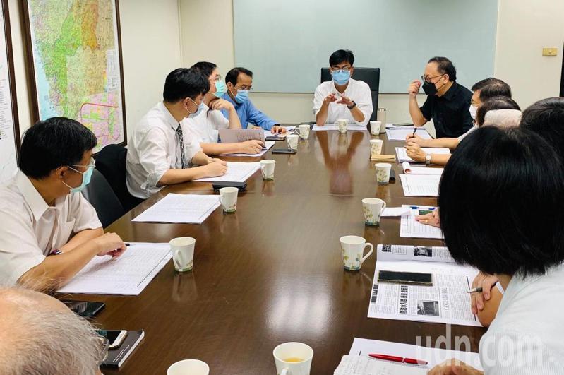 高雄市長陳其邁(長桌前中)今天不到8時就開晨會。圖/高雄市政府提供