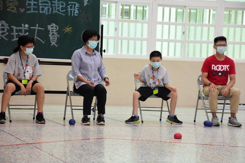 彰化縣長王惠美(左二)今天參加慢飛陪伴育樂營。記者林敬家/攝影