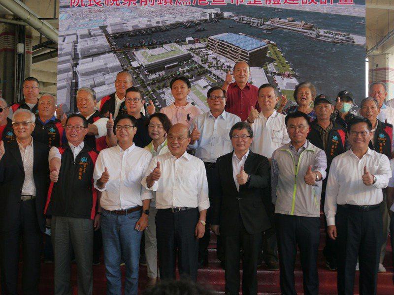 行政院長蘇貞昌(右四)今天到高雄宣布前鎮漁港投資計畫,希望防疫政策可以全國都同步,不要有人亂套。記者徐白櫻/攝影